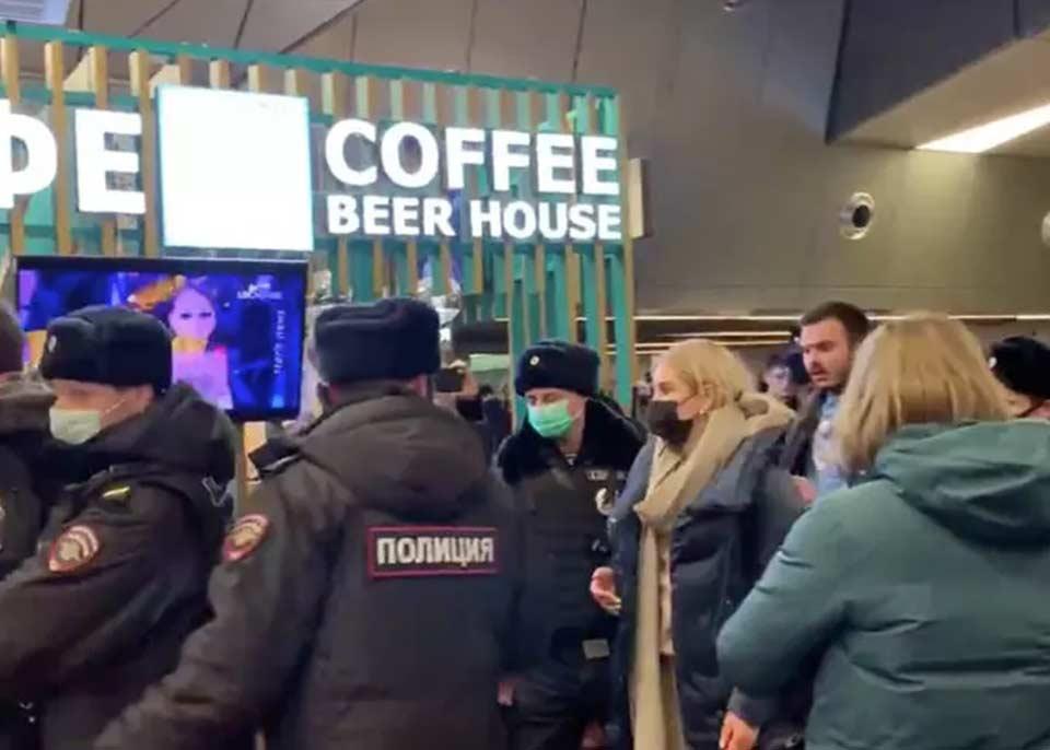 По сообщениям СМИ, несколько человек задержаны в аэропорту Внуково, где ожидают прилета Алексея Навального