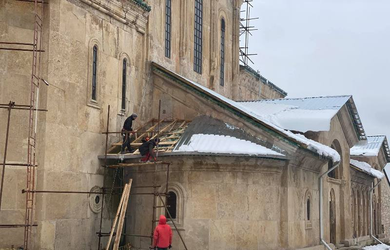 გელათის ღვთისმშობლის სახელობის ტაძრის დასავლეთ ნაწილზე დაზიანებული დროებითი გადახურვის აღდგენა დღეს იგეგმება