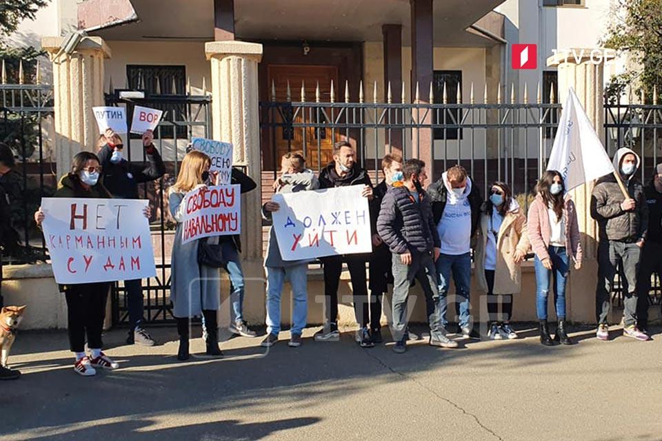 Акция в поддержку Алексея Навального прошла перед зданием бывшего посольства России в Тбилиси