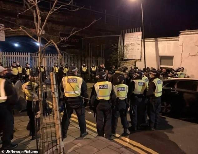 """""""სკოტლანდ იარდის"""" ინფორმაციით, ლონდონში უკანონო წვეულებაზე კოვიდრეგულაციების დარღვევისთვის პოლიციამ 300 ადამიანი დააკავა"""
