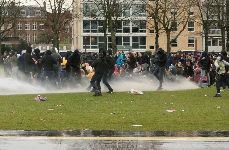 """""""როიტერის"""" ინფორმაციით, ამსტერდამში შეზღუდვების წინააღმდეგ აქცია პოლიციამ წყლის ჭავლით დაშალა"""