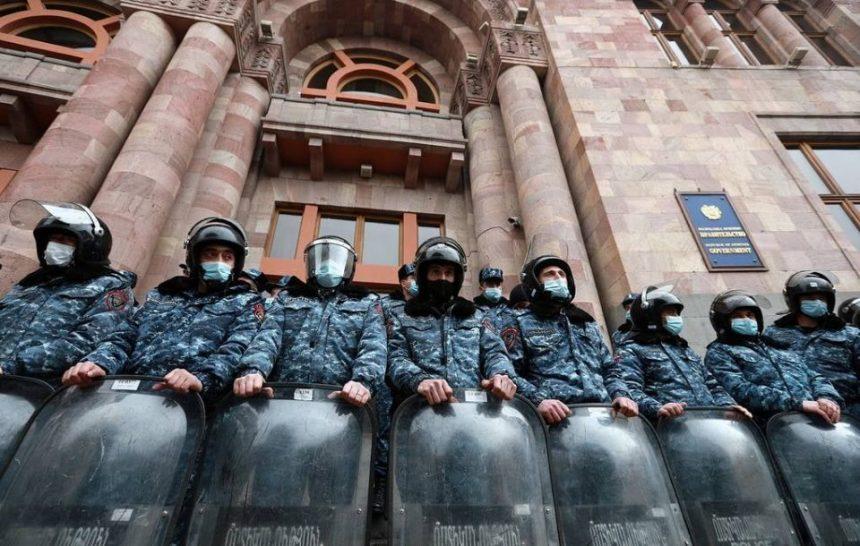 Երևանում հակակառավարական ցույցը վեր է աճել ոստիկանության հետ բախումների