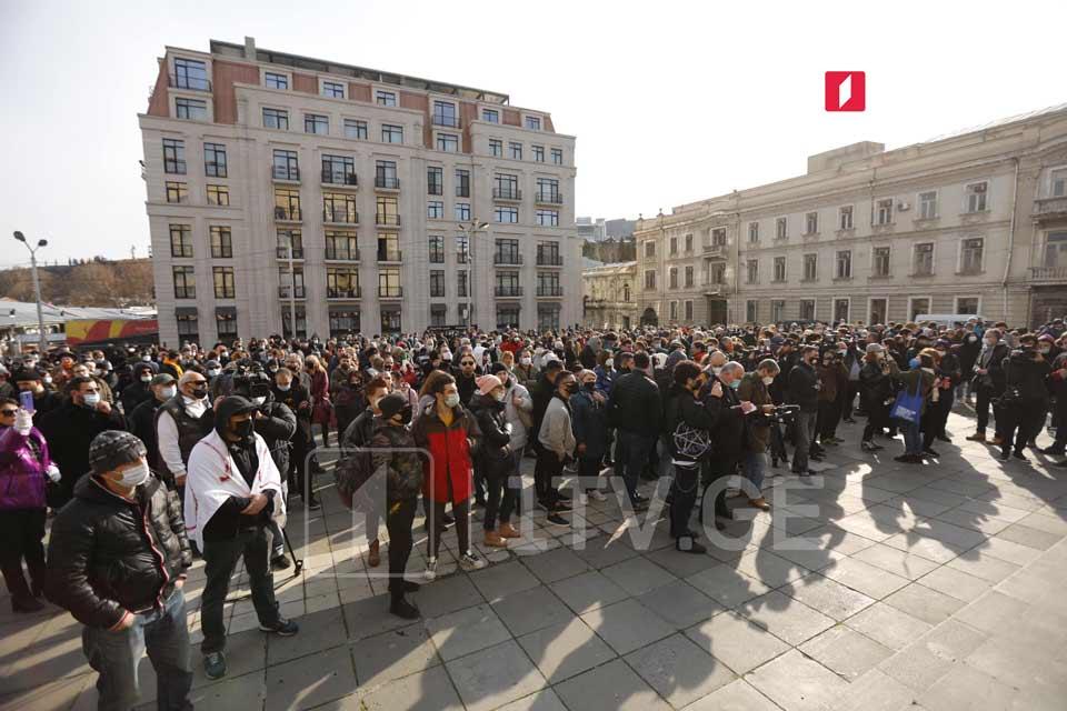 Զբոսաշրջության ոլորտի ներկայացուցիչները սահմանափակումների վերացման պահանջով կառավարության գրասենյակի մոտ անց են կացնում բողոքի ցույց