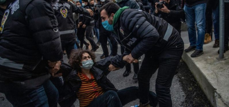 სტამბოლში ბოგაზიჩის უნივერსიტეტის სტუდენტები თურქეთის პრეზიდენტის მიერ ახალი რექტორის დანიშვნას აპროტესტებენ