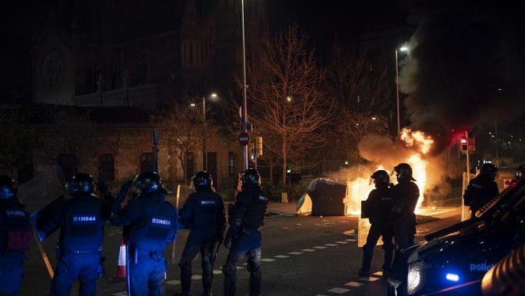 ესპანეთის ქალაქებში, რეპერ პაბლო ჰასელის მხარდამჭერ აქციებზე დემონსტრანტები პოლიციას დაუპირისპირდნენ
