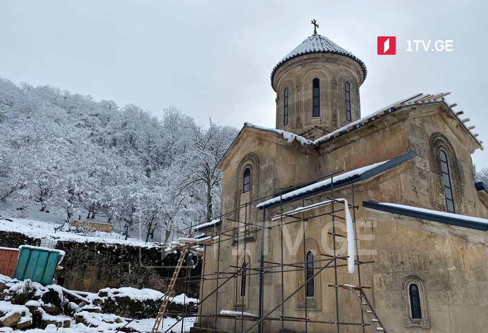 უამინდობის გამო, გელათის სამონასტრო კომპლექსის წმინდა გიორგის ტაძრის დროებითი გადახურვის სამუშაოები ერთი კვირით შეფერხდა