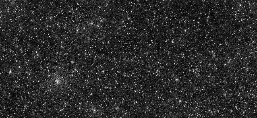 ამ ფოტოზე ასახული თეთრი წერტილები არც ვარსკვლავებია და არც გალაქტიკები, ისინი შავი ხვრელებია — #1tvმეცნიერება