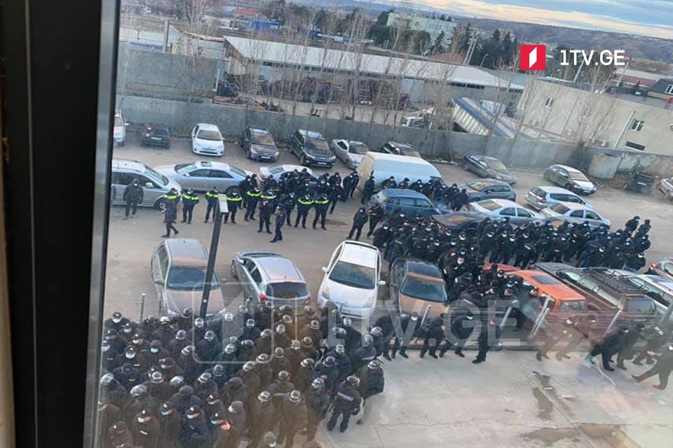 Ոստիկանությունը «Ազգային շարժման» գրասենյակում հավաքվածներին շենքը լքելու համար տվել է կես ժամ ժամանակ