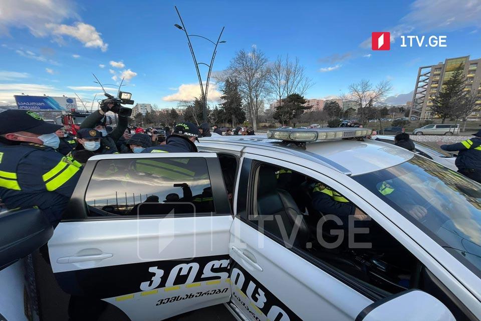 """""""ნაციონალური მოძრაობის"""" ოფისთან სამართალდამცველებმა რამდენიმე ადამიანი დააკავეს"""