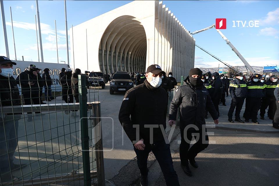 """Правоохранители покидают территорию офиса """"Единого национального движения"""""""