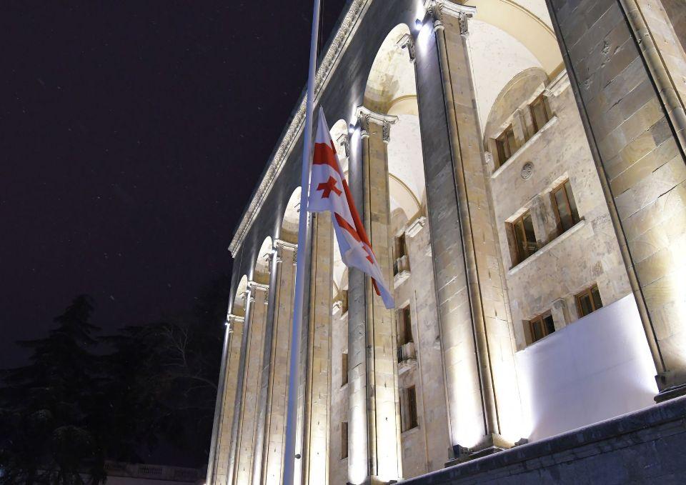 საბჭოთა ოკუპაციის დღესთან დაკავშირებით საქართველოს პარლამენტის შენობაზე სახელმწიფო დროშა დაუშვეს
