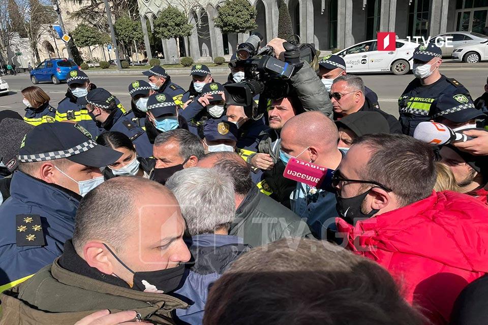 На акции протеста перед парламентом Грузии произошла словесная перепалка между правоохранителями и митингующими