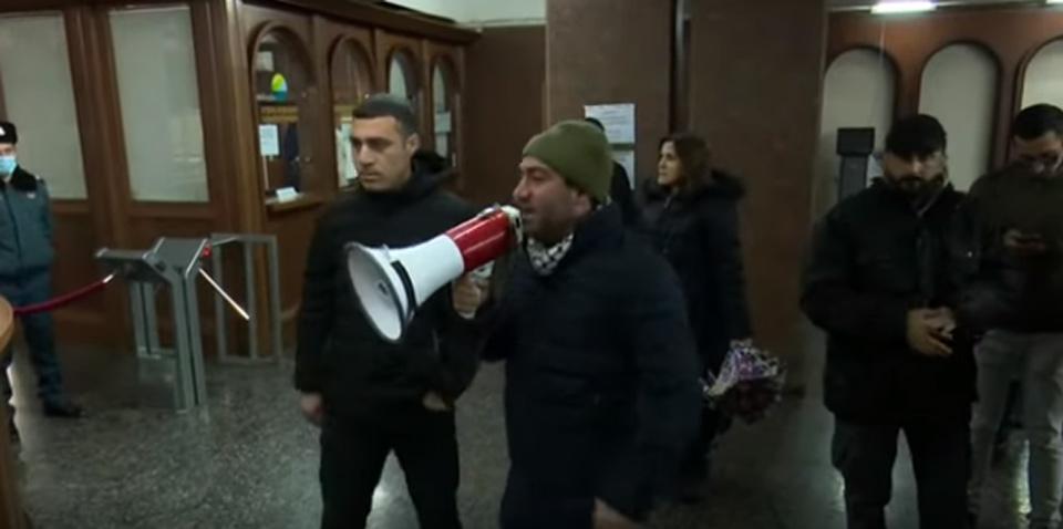 Հայաստանում ցուցարարները ներխուժել են կառավարության տուն և անց են կացրել ցույց