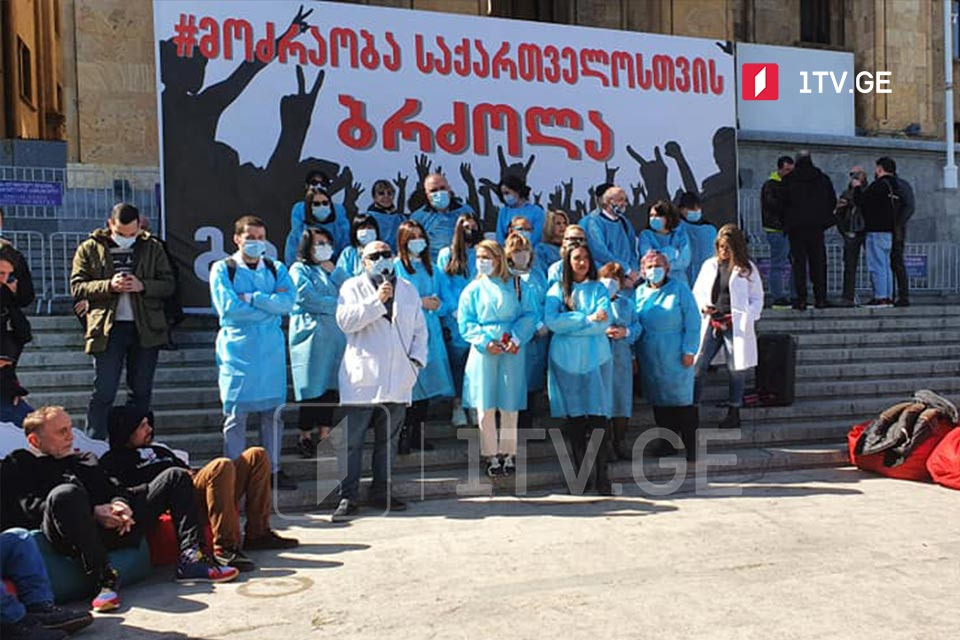 Doctors protest at parliament to demand import of Covid vaccines