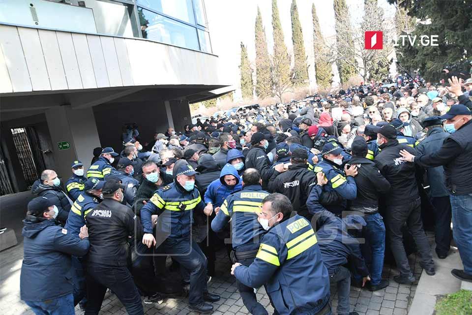 დაძაბულობა რაგბის კავშირის არჩევნებისას - ირაკლი აბუსერიძის მომხრეებმა პოლიციის კორდონის გარღვევა და დარბაზში შეღწევა სცადეს [ფოტო] #1TVSPORT