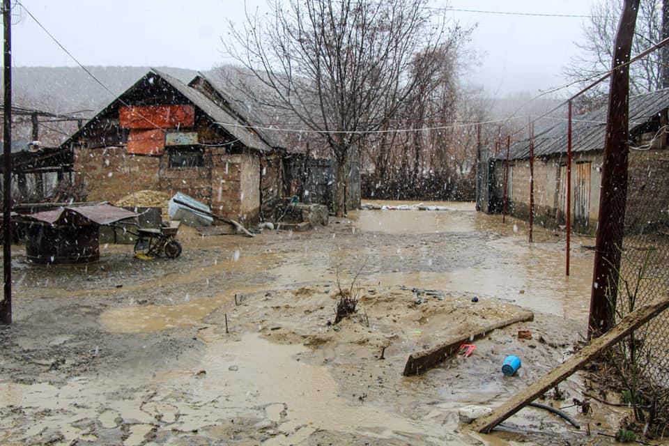 გადაუღებელი წვიმის შედეგად ადიდებულმა მდინარე ფრონემ დვანში ეზოები და სარდაფები დატბორა