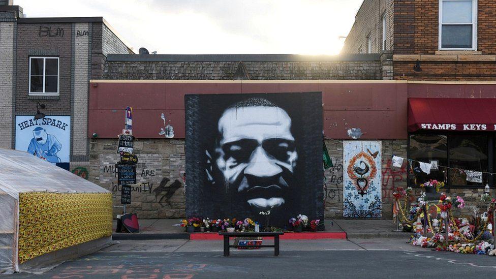 აშშ-ში აფროამერიკელი ჯორჯ ფლოიდის მკვლელობის საქმეზე ბრალდებული პოლიციელის წინააღმდეგ სასამართლო პროცესი დაიწყო