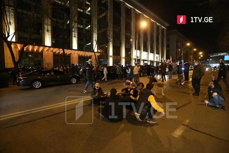 """Протестующие забросали яйцами""""Rooms отель"""", в котором остановились Владимир Познер и его гости"""
