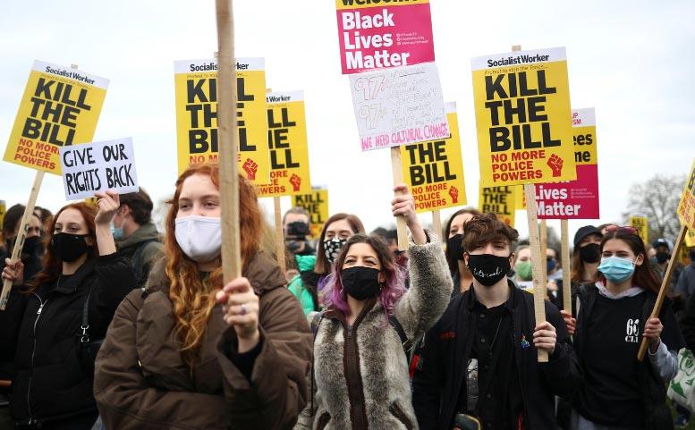 დიდ ბრიტანეთში პოლიციის უფლებამოსილების გაფართოების შესახებ კანონის წინააღმდეგ ხალხმრავალი აქციები გაიმართა