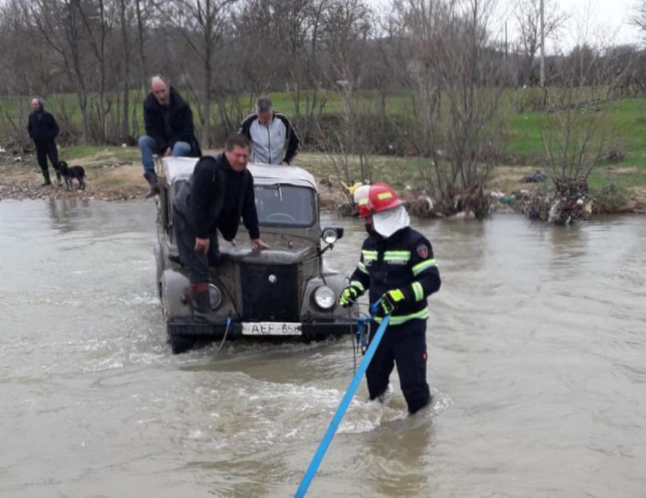 მაშველებმა ხაშურში, მდინარეში ჩარჩენილი მოქალაქეები უსაფრთხო ადგილას გამოიყვანეს