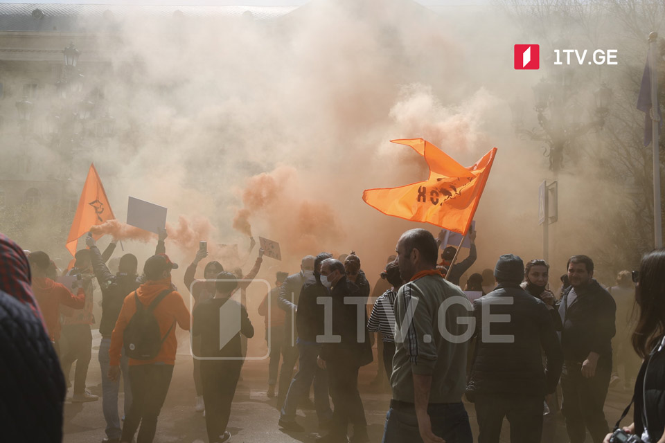 UNM Chairman Melia's supporters clash with bailiff at Tbilisi City Court