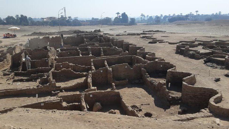 """ეგვიპტეში 3 000 წლის """"დაკარგული ოქროს ქალაქი"""" აღმოაჩინეს"""