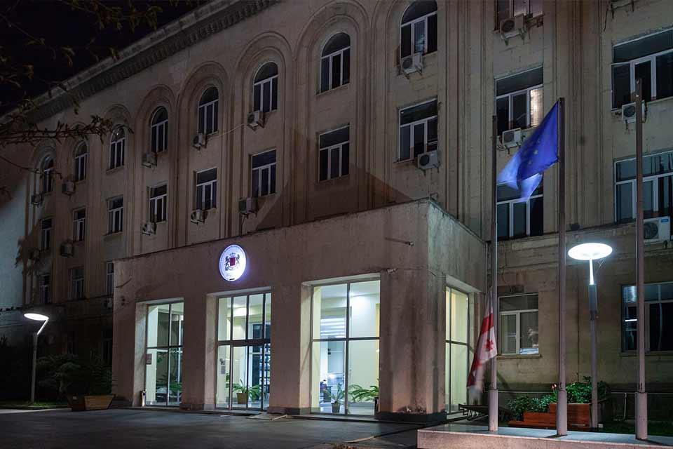 გარემოს დაცვისა და სოფლის მეურნეობის სამინისტროს შენობაზე, გლოვის ნიშნად, სახელმწიფო დროშა დაეშვა