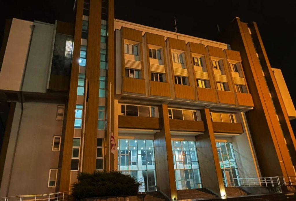 სამეგრელო-ზემო სვანეთის სახელმწიფო რწმუნებულის ადმინისტრაციის შენობაზე სახელმწიფო დროშა დაშვებულია