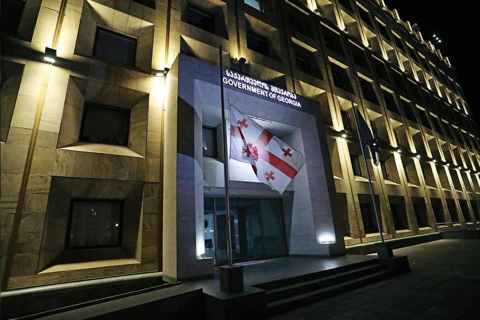 მთავრობის ადმინისტრაციის შენობაზე სახელმწიფო დროშა დაშვებულია
