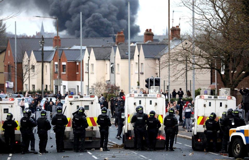 ჩრდილოეთ ირლანდიის დედაქალაქ ბელფასტში საპროტესტო აქცია პოლიციასთან შეტაკებაში გადაიზარდა