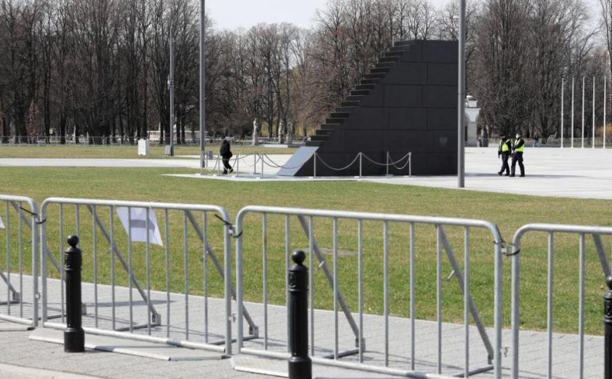 პოლონეთში სმოლენსკის ავიაკატასტროფის 11 წლისთავთან დაკავშირებით სამგლოვიარო ღონისძიება მიმდინარეობს