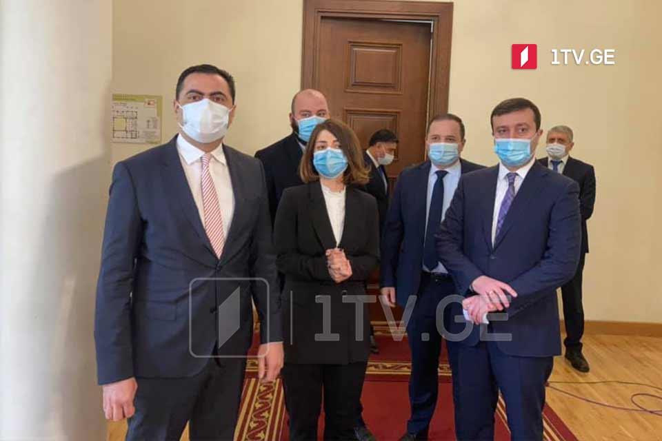 """ექვსმა დეპუტატმა """"ქართული ოცნება"""" დატოვა"""
