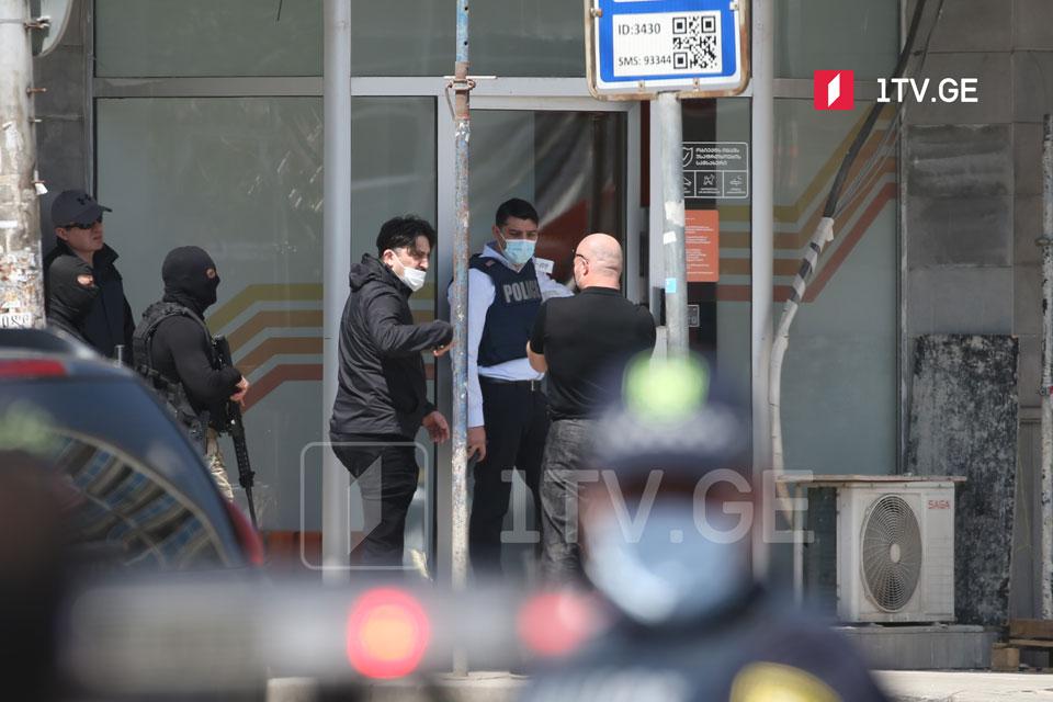 """Ворвавшийся в филиал """"Банка Грузии задержан, заложники освобождены"""