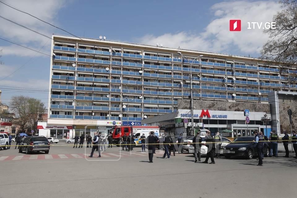 По имеющейся информации, вооруженный человек ворвался в отделение «Банка Грузии» возле метро Авлабари