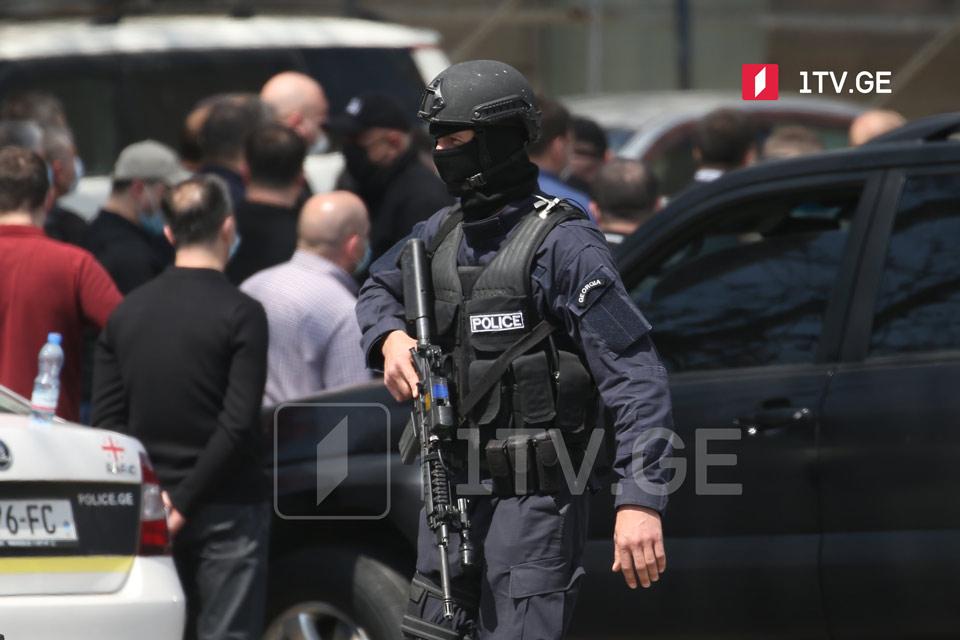 Правоохранители вывели из здания «Банка Грузии» нескольких человек [фото]