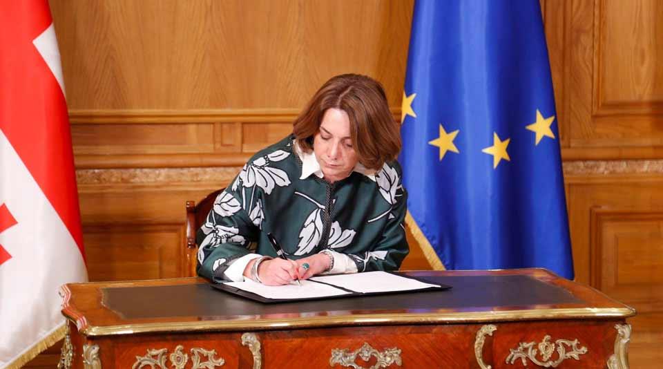 სალომე სამადაშვილი - საქართველო დღეს, ამ დოკუმენტის ხელმოწერით კიდევ ერთ ნაბიჯს დგამს ევროპისკენ, სწორედ ამიტომ გადავწყვიტე, რომ ხელი მომეწერა