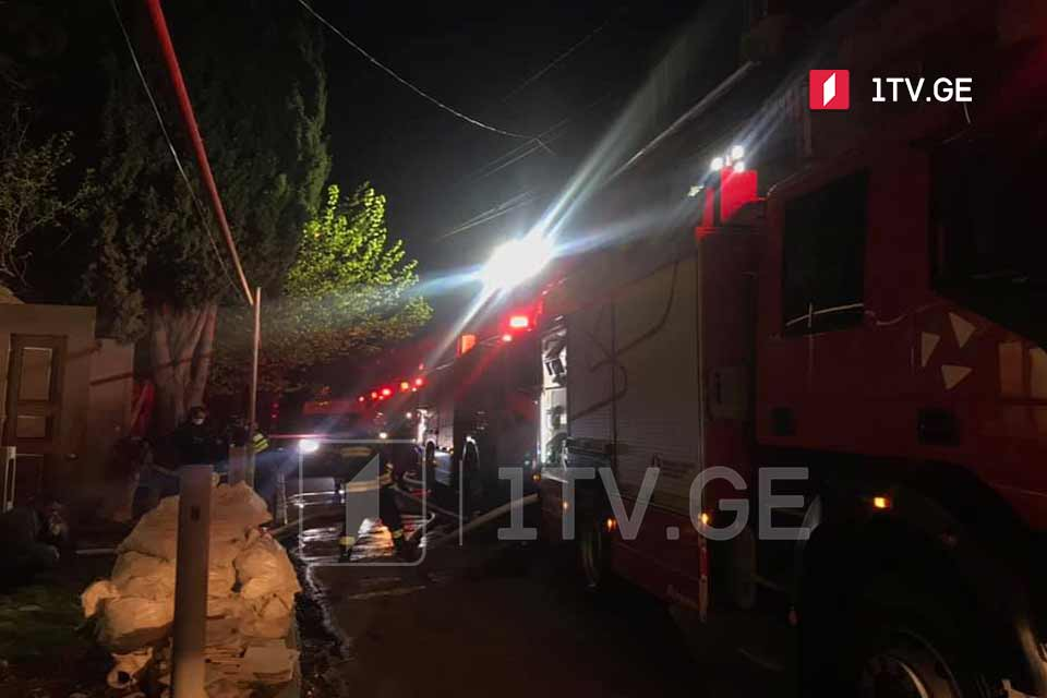 თბილისში, ბუაჩიძის ქუჩაზე საცხოვრებელ სახლს ცეცხლი გაუჩნდა