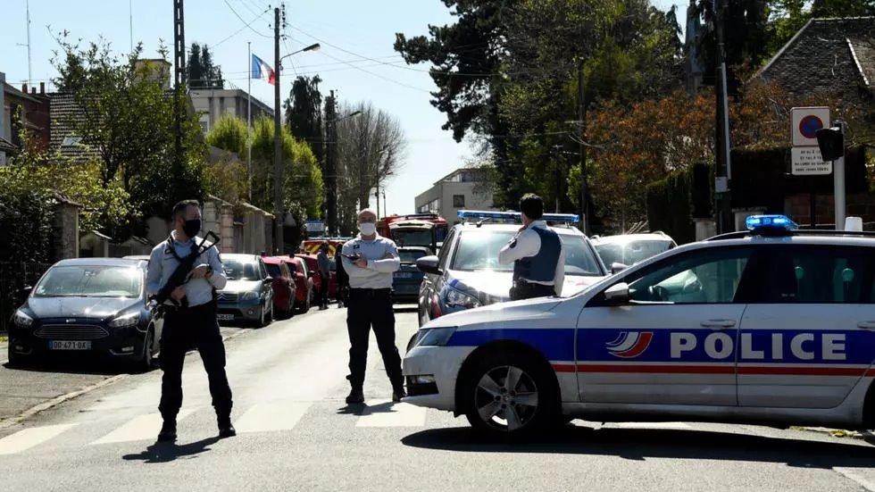 მედიის ინფორმაციით, საფრანგეთში დანით შეიარაღებულმა მამაკაცმა პოლიციელს ყელის არეში ჭრილობები მიაყენა