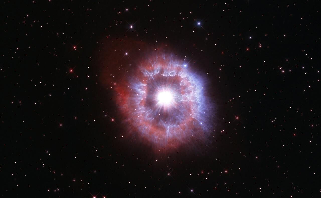 გიგანტური ვარსკვლავი განადგურების პირას — ჰაბლის საიუბილეო ფოტო #1tvმეცნიერება