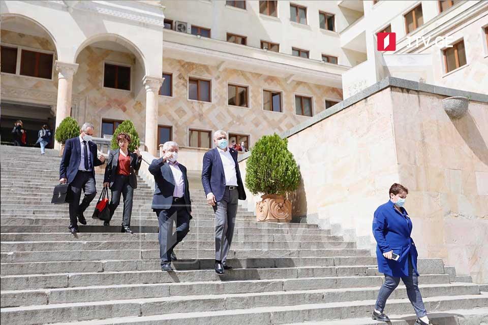 Депутаты от «Лело», «Гирчи», «Стратегии Агмашенебели», «Национального движения» и «Европейской Грузии» пришли в парламент [фото]