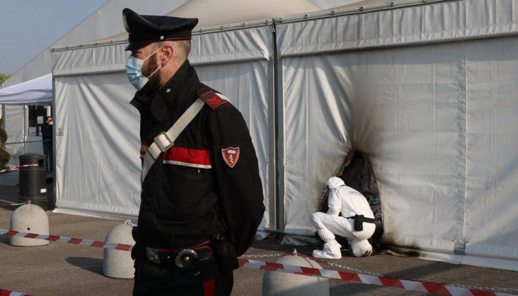 იტალიაში პოლიციამ ორი ადამიანი დააკავა, რომლებმაც ვაქცინაციის ცენტრს ცეცხლი წაუკიდეს