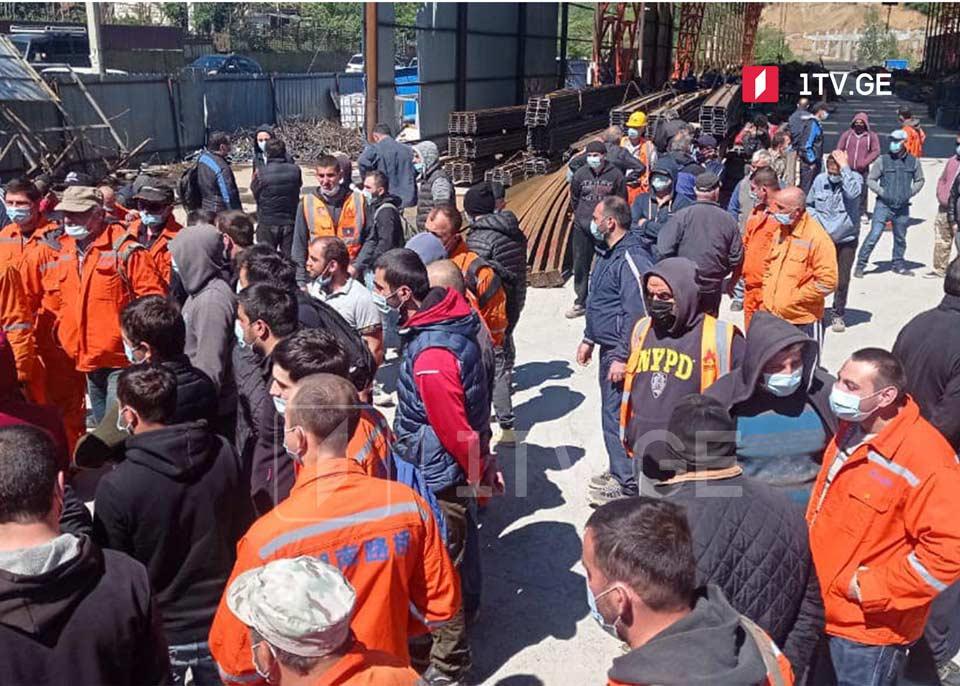Рабочие одного их участков автомагистрали Тбилиси-Сенаки-Леселидзе проводят акцию с требованием повышения зарплаты
