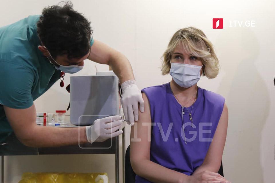 Депутаты в прямом эфире привились вакциной «Синофарм»