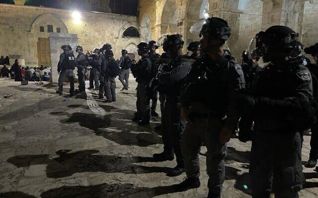 მედიის ცნობით, ისრაელის პოლიციამ ტაძრის მთის კომპლექსში პალესტინელების წინააღმდეგ ხმოვან-მანათობელი ყუმბარები, ცრემლსადენი გაზი და რეზინის ტყვიები გამოიყენა