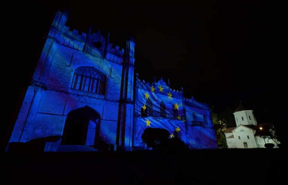 Дворец Дадиани в Зугдиди и Сванскую башню в Местия подсветили в цвета флага ЕС по случаю Дня Европы