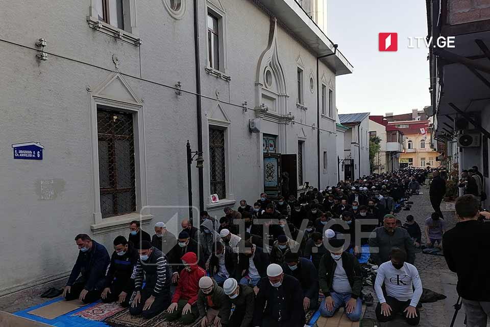 ბათუმის ცენტრალურ მეჩეთში რამადან ბაირამთან დაკავშირებით სადღესასწაულო ლოცვა შესრულდა
