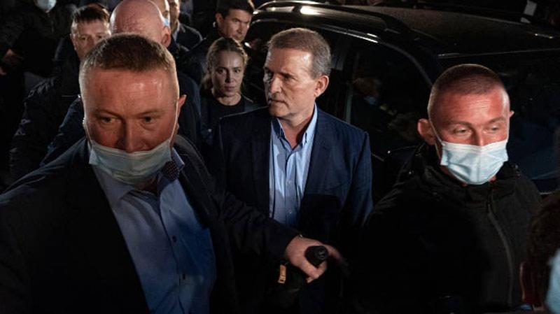 კიევის სასამართლომ ვლადიმერ პუტინთან დაახლოებულ დეპუტატს, ვიქტორ მედვედჩუკს შინაპატიმრობა შეუფარდა