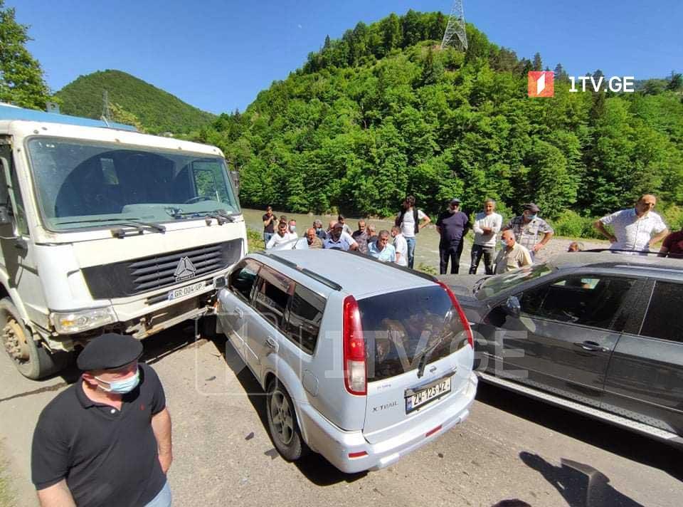 ბათუმი-ახალციხის გზაზე მსუბუქი ავტომანქანა სატვირთოს შეეჯახა, რის შედეგადაც ორი ადამიანი დაშავდა