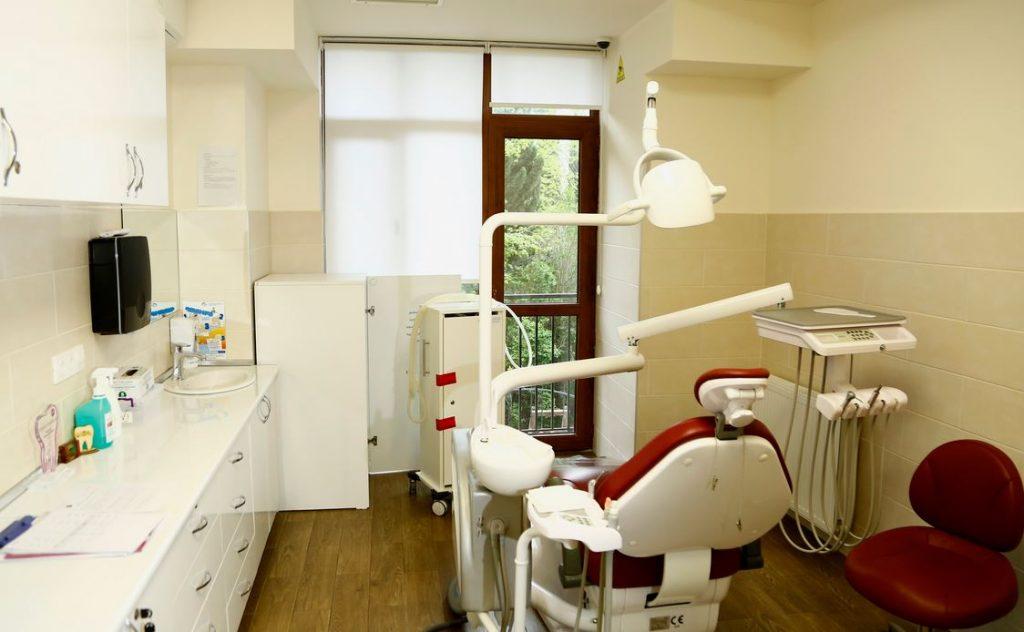 სამედიცინო და ფარმაცევტული საქმიანობის რეგულირების სააგენტომ სტომატოლოგიურ კლინიკებში ე.წ. მალხენი აირის გამოყენების უკანონო ფაქტები გამოავლინა