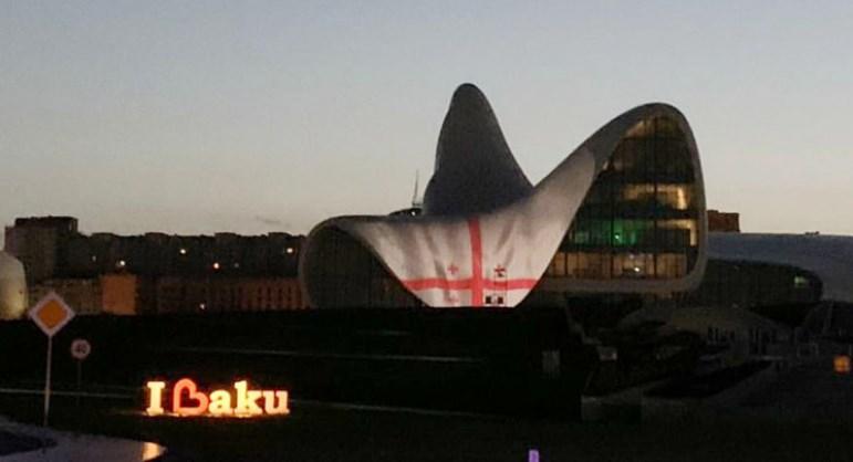 Здание Центра Гейдара Алиева в Баку подсветили в цвета флага Грузии